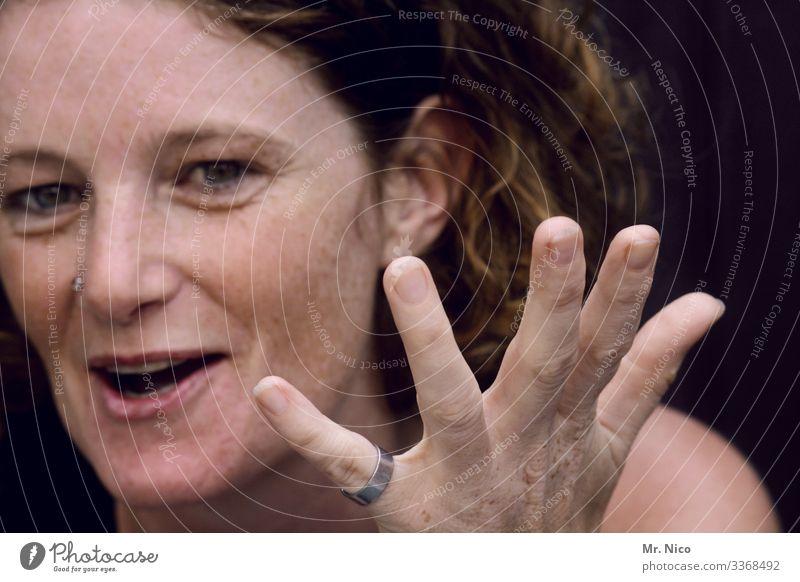 Woiß i's? Haut feminin Frau Erwachsene Gesicht Mund Finger 1 Mensch Ring Piercing Locken Lächeln lachen authentisch frech schön natürlich Freude Glück