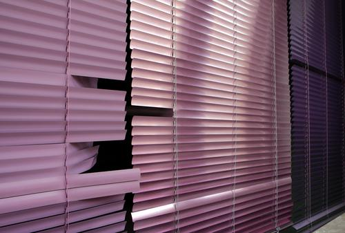 Jalousie Fenster geschlossen Rollladen Rollo Lamelle Lamellenjalousie kaputt rosa violett lila dunkel Häusliches Leben zuhause bleiben Wohnung Streifen