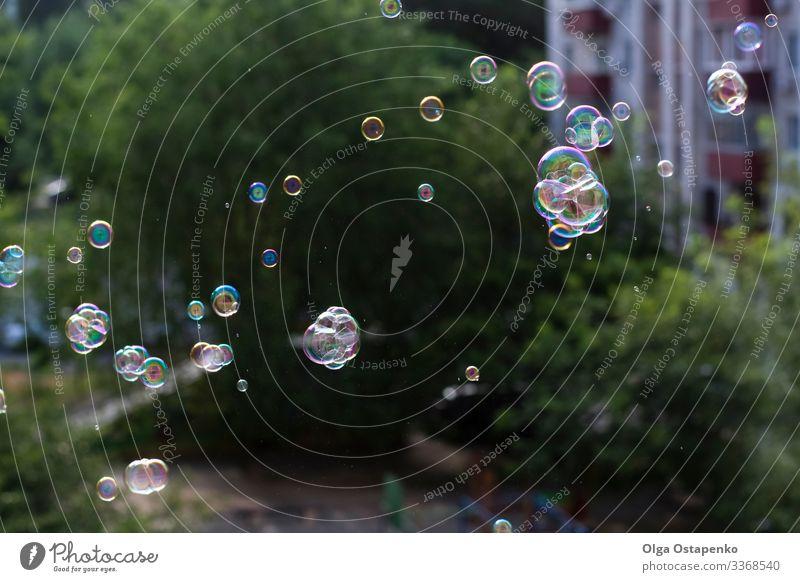 Luftblasen aus dem Fenster blasen fliegen Freude Lichterscheinung hell glänzend rund schön Nahaufnahme Seife Seifenschaum zugeklappt Spielen lustig durchsichtig