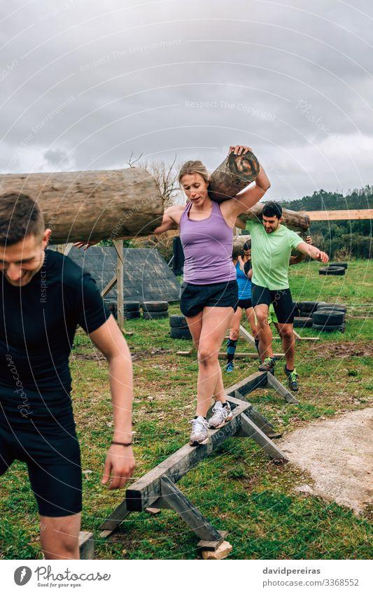 Gruppentragetaschen Zufriedenheit Sport Mensch Frau Erwachsene Mann Menschengruppe Lächeln tragen authentisch stark Kraft anstrengen Konkurrenz