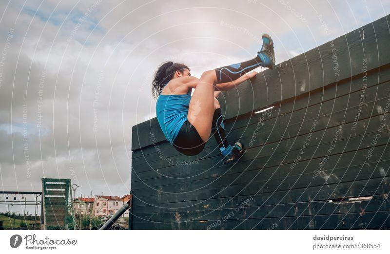 Weiblich im Hindernisparcours Kletterwand Lifestyle Sport Klettern Bergsteigen Mensch Frau Erwachsene Turnschuh authentisch stark Einsamkeit anstrengen Energie