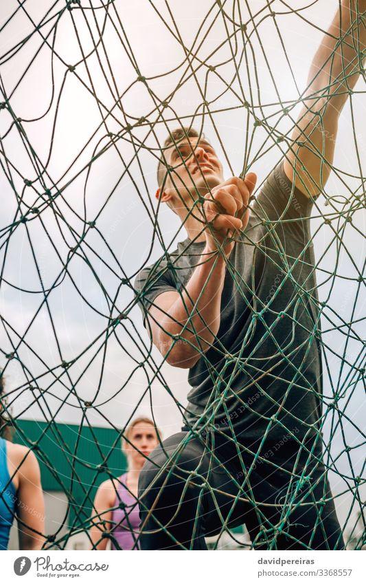 Männchen im Hindernisparcours-Kletternetz Lifestyle Sport Bergsteigen Mensch Mann Erwachsene beobachten authentisch stark anstrengen Konkurrenz Netz