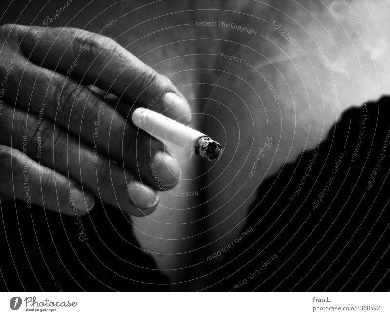Zigarette feminin Frau Erwachsene Brust Hand 45-60 Jahre Unterwäsche alt Rauchen verblüht BH ungesund Erotik Schwarzweißfoto Tag