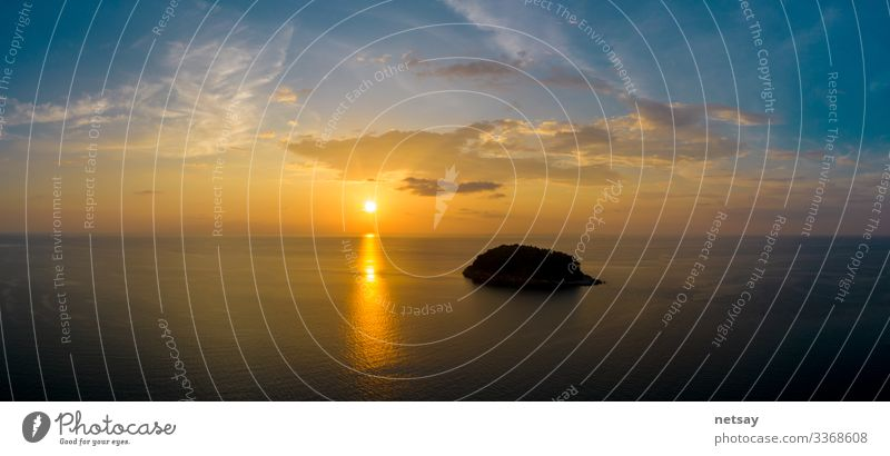 Luftaufnahme des Sonnenuntergangs über dem Strand von Karon Beach ist ein berühmtes Wahrzeichen und beliebter Aussichtspunkt für den Sonnenuntergang auf Phuket Thailand