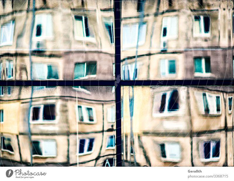 schiefe Spiegelung von Häusern in einem Glasfenster Haus Gebäude Architektur Straße Linie alt blau gelb Farbe Hintergrund Unschärfe verneigt Großstadt Entwurf