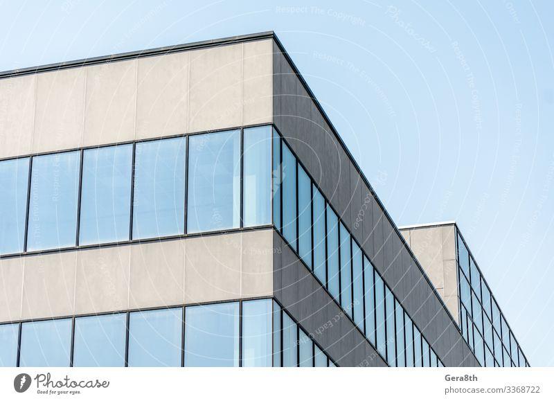 graues Betongebäude mit leeren Fenstern Haus Büro Gebäude Architektur Straße Stein modern neu blau Architektur-Hintergrund Blöcke Großstadt Eckstoß