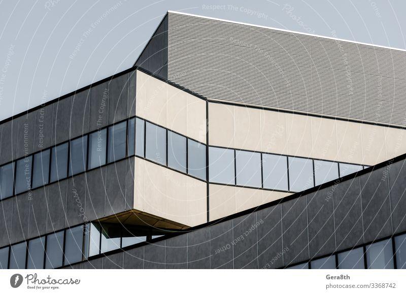 hohes großes graues Betongebäude mit leeren Fenstern Haus Büro Hochhaus Gebäude Architektur Straße Stein modern neu trist Gebäudewinkel Appartements Großstadt