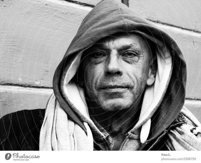 Kapuzen Mensch maskulin Mann Erwachsene 1 60 und älter Senior T-Shirt Pullover Jacke Schal Dreitagebart Lächeln Blick sitzen einzigartig Ironie Freundlichkeit