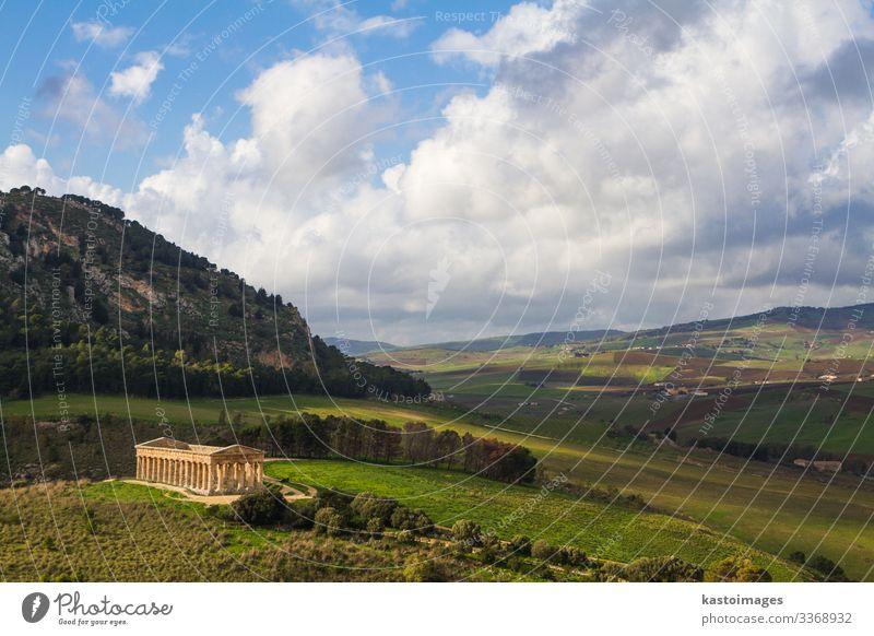 Landschaft Siziliens und antiker griechischer Tempel in Segesta, Italien Ferien & Urlaub & Reisen Tourismus Winter Kultur Himmel Wiese Hügel Ruine Platz Gebäude