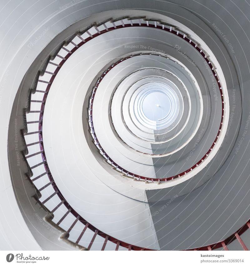 """Wendeltreppe im Wolkenkratzer von Ljubljana, Slowenien Treppe Sehenswürdigkeit Wahrzeichen Schwerpunkt abstrakt Muster Architektur Detailaufnahme rund """"Form""""."""