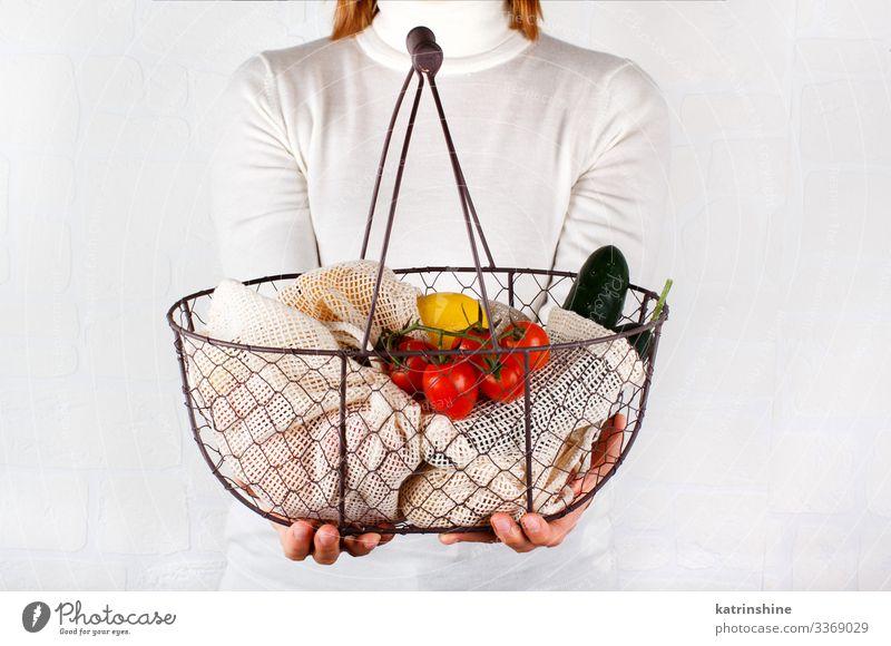 Frau hält Rücken mit frischem Gemüse und Fritten Lebensmittel Lifestyle kaufen Körper Erwachsene Hand Umwelt Kunststoff frei natürlich weiß keine Verschwendung