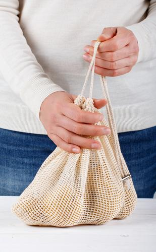Frau packt frisches Gemüse in einen Textilbeutel Lebensmittel Lifestyle kaufen Erwachsene Hand Umwelt Kunststoff frei natürlich weiß keine Verschwendung Entwurf