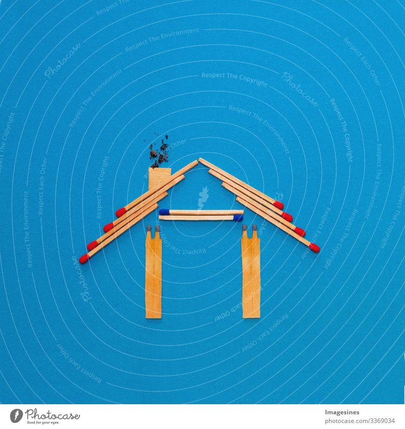 Feuerversicherung, Form des Hauses aus Streichhölzern. abstraktes Haus gemacht mit Streichhölzern auf blauem Papierhintergrund. Konzept der Hausschutzversicherung mit der Bedeutung von Rauchmeldeanlagen