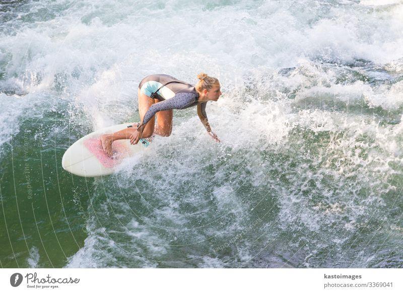 Sportliches Mädchen surft auf einer künstlichen Flusswelle in München, Deutschland. Lifestyle Freude schön Erholung Ferien & Urlaub & Reisen Sommer Strand Meer