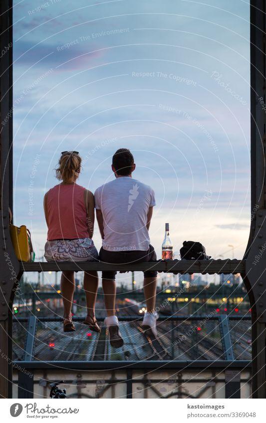 Paar bei romantischem Date auf der Eisenbahnbrücke, München, Deutschland. Flasche Lifestyle Freude schön Ferien & Urlaub & Reisen Sommer Frau Erwachsene Mann