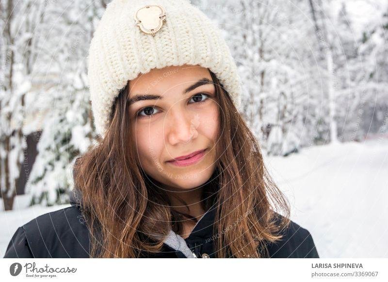 Porträt einer Frau mit Strickmütze auf verschneitem Wald im Winter Lifestyle Freude Glück schön Gesicht Freizeit & Hobby Schnee Mensch Erwachsene Natur