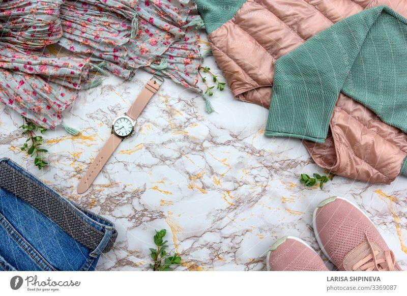 Modische Frauenkleidung, trendige Accessoires auf Marmor gesetzt kaufen elegant Stil Design Sport Erwachsene Herbst Mode Bekleidung Kleid Sonnenbrille Schuhe