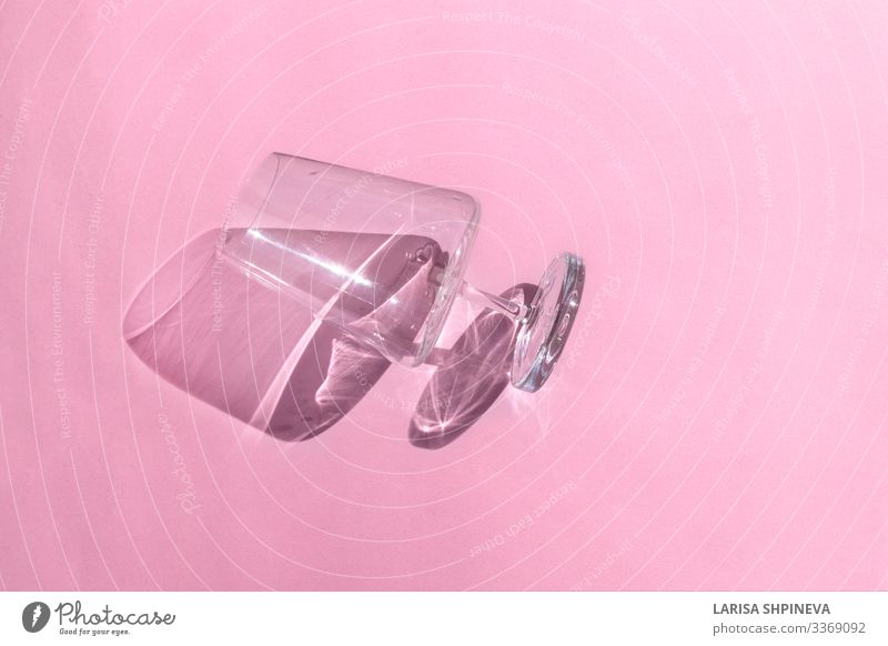 Leeres Weinglas mit Schatten auf rosa Hintergrund Getränk Alkohol Reichtum Design schön Leben Freizeit & Hobby Dekoration & Verzierung Tisch Feste & Feiern