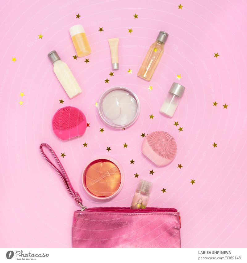 Kosmetiktasche mit Schminkprodukten auf rosa, Ansicht von oben Design Haut Gesicht Behandlung Spa Massage Frau Erwachsene Rudel Sammlung modern natürlich gold
