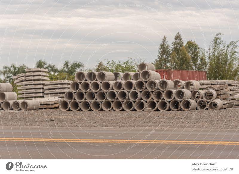 Ein Stapel gestapelter Betonrohre zur Verwendung bei Straßenbauarbeiten. architektonisch Architektur Hintergrund Strahl Klotz Brücke Gebäude Zement Großstadt