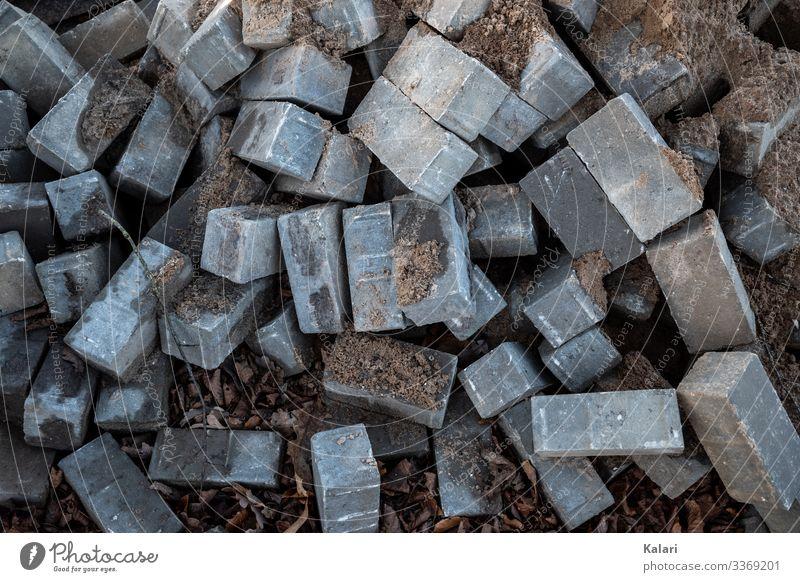 Pflastersteine und Sand Bauarbeiter Handwerk Baustelle Bauwerk Mauer Wand bauen liegen grau Beginn planen Straßenbau Haufen Arbeit & Erwerbstätigkeit Anfang