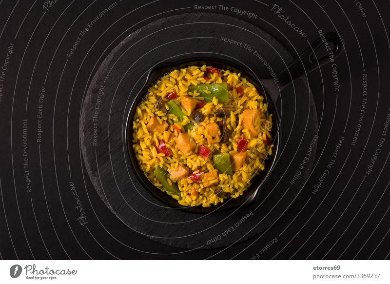 Gebratener Reis mit Hühnerfleisch und Gemüse auf einer Eisenpfanne asiatisch schwarz Hähnchen Chinesisch kochen & garen Essen zubereiten lecker Speise