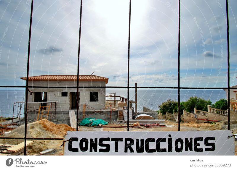Mallorca | Baustelle, Neubau Villa am Meer Spanien Balearen Bauboom Meerblick erste Reihe Absperrung Bauzaun Schild construcciónes Konstruktion Horizont