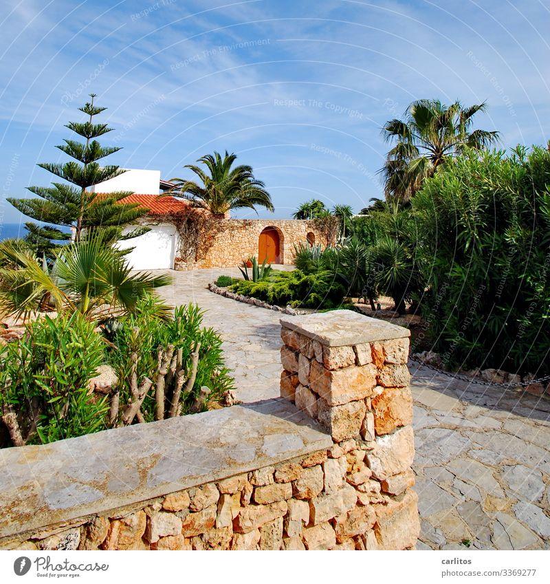 Natursteinmauer vor mediterraner Villa am Meer Spanien Balearen Mallorca Mauer Mares Palmen Tor Torbogen Tür verschlossen Sicherheit Villa Finca Wärme Sommer