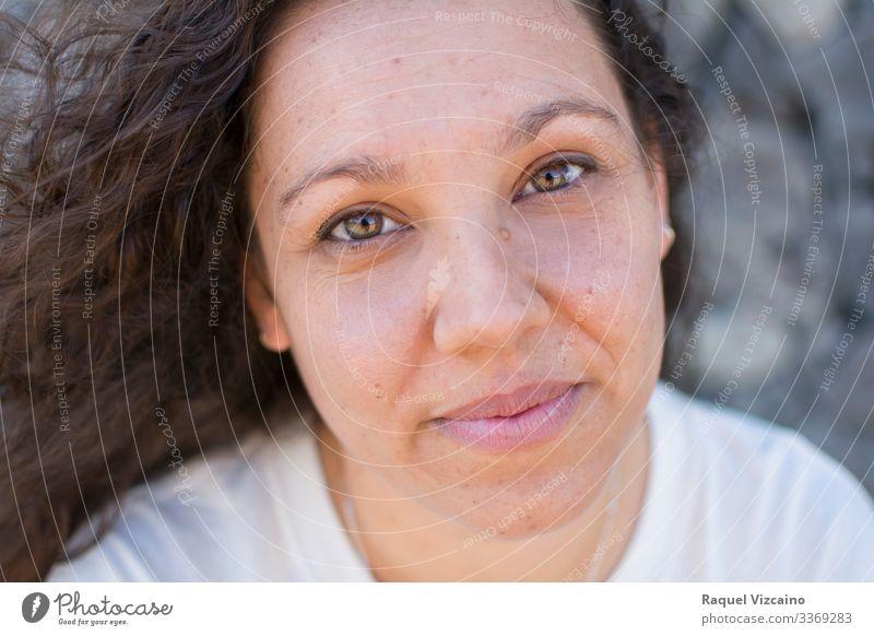 Porträt einer Frau mit schönen Augen. Gesicht Erwachsene 1 Mensch 30-45 Jahre brünett Lächeln Fröhlichkeit braun weiß jung Menschen Beautyfotografie Teenager