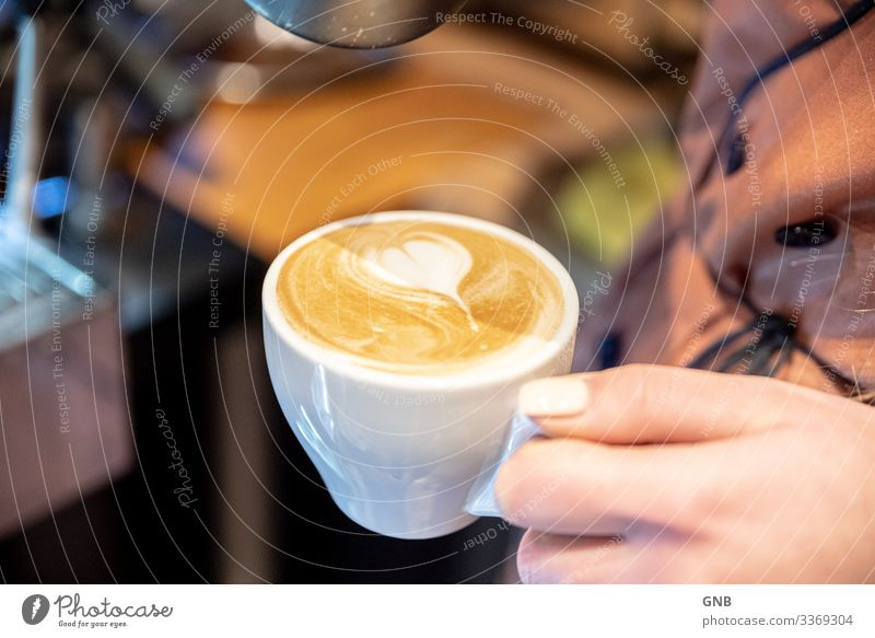 Cappuccino Frühstück Getränk Heißgetränk Kaffee Tasse Barista Café Gastronomie Hand machen lecker Warmherzigkeit genießen Kultur Italienische Küche