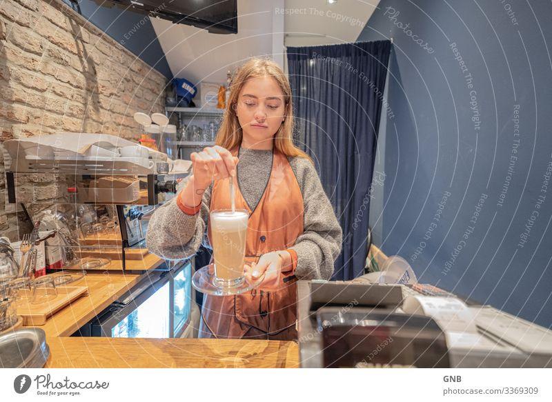 Long Latte Frühstück Kaffeetrinken Getränk Heißgetränk Latte Macchiato Glas Löffel Arbeit & Erwerbstätigkeit Barista Arbeitsplatz Café Mensch feminin Junge Frau