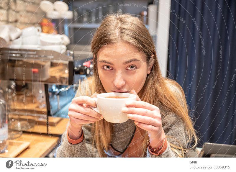 Teefee Frühstück Kaffeetrinken Getränk Heißgetränk Tasse feminin Junge Frau Jugendliche Erwachsene 1 Mensch 18-30 Jahre Kultur Arbeit & Erwerbstätigkeit