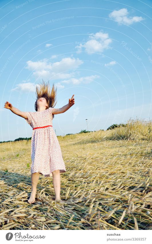 mädchen im sommerkleid auf einem strohacker spielt ein bisschen verrückt und tanzt wie wild herum Kind Mädchen Sommer Feld Acker Sommerkleid Aktion Strohhalm