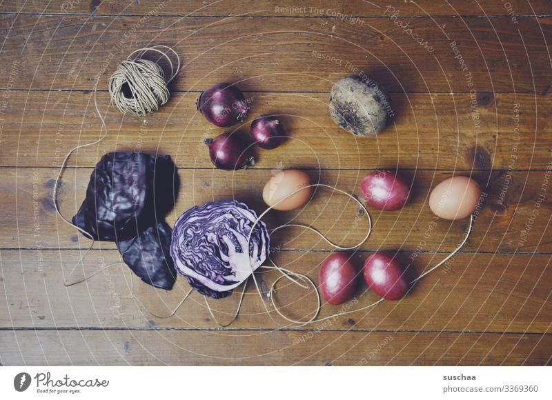 zutaten rustikal Ostern Brauch Ostereierfärben Zutaten Rezept Holzfußboden Schnur Zwiebel Rote Beete Rotkraut Rotkohl Ei gekochte Eier bunte Eier mehrfarbig