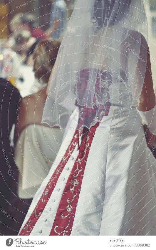 die braut Frau Braut Brautkleid Feste & Feiern Hochzeitsfeier Schleier Gast Mensch Hochzeitsgäste sitzen Speisetafel Familie & Verwandtschaft eingeladen