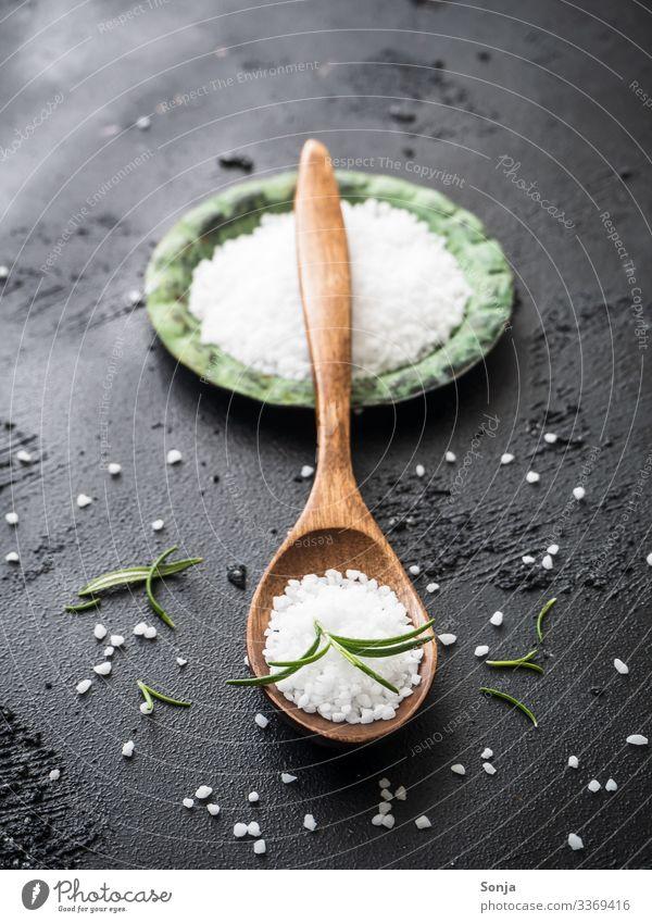 Rosmarinsalz auf einem Holzlöffel Lebensmittel Kräuter & Gewürze Kochsalz Ernährung Bioprodukte Teller Löffel Duft frisch trendy nachhaltig genießen Gesundheit