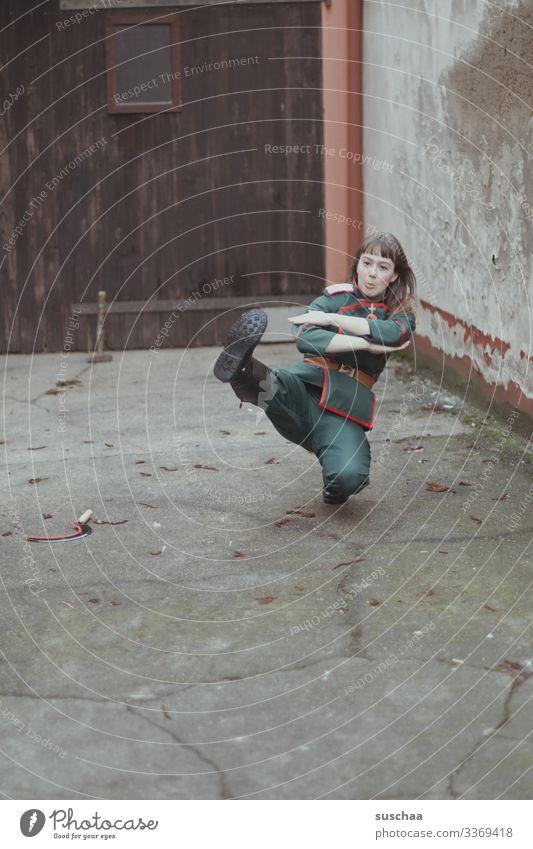 fotochallenge l moskau, moskau, tralalalala .. Mädchen Teenager Jugendliche Junge Frau Tanzen Kostüm Karnevalskostüm Uniform Hinterhof Hammer Sichel Russland