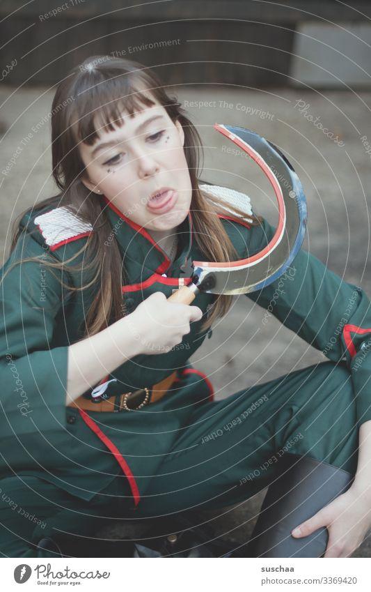 mädchen in uniform mit sichel in der hand und angedeutetem halsabschneiden Fotochallenge Mädchen junge Frau Gesicht Uniform Soldatin Sichel Waffe drohen Symbol