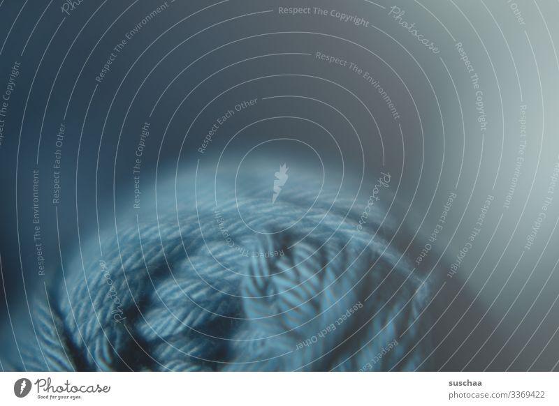 wollknäuel Wolle Wollknäuel Schnur Schwache Tiefenschärfe abgerollt blau Handarbeit stricken häkeln Nahaufnahme Detailaufnahme weich