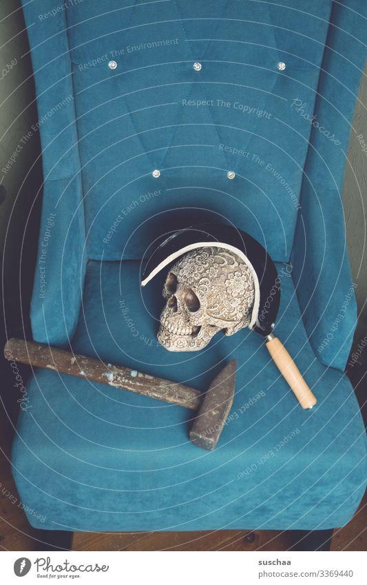 hammer, sichel, totenkopf auf türkisfarbenem sofa Fotochallenge Hammer Sichel Totenkopf Schädel Sofa Werkzeug Politik & Staat Russland Sowjetunion Macht