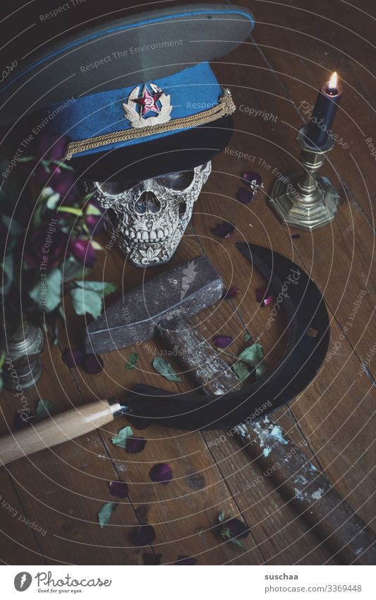 challenge | es war einmal .. Hammer Sichel rustikal Holzfußboden dunkel Tod Verderben Kommunismus Politik & Staat Sowjetunion Schädel Mütze Kerze Rose Blume