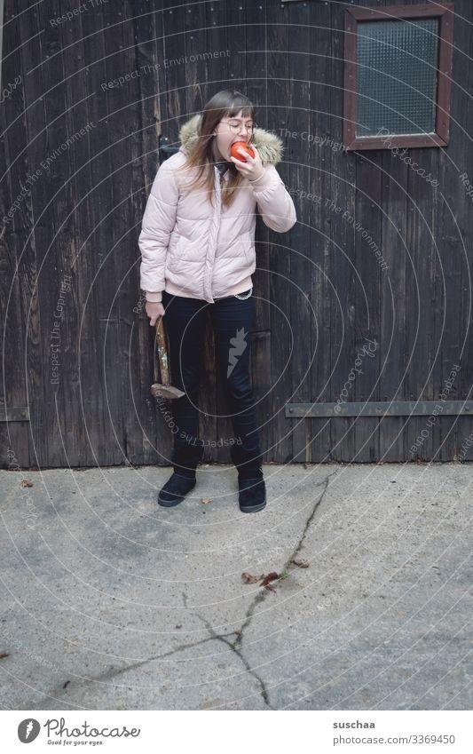 fotochallenge: jugendliche beißt in eine tomate, die lecker und saftig zu sein scheint, es aber nicht ist .. Fotochallenge Jugendliche Teenager junge Frau