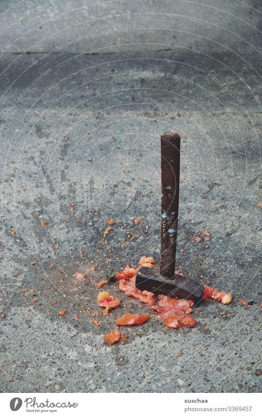 bäh l hammer mit zermatschter tomate auf straße Fotochallenge Hammer Werkzeug Tomate kaputt Gewalt brachial Menschenleer Metall Handwerker Wut Zerstörungswut