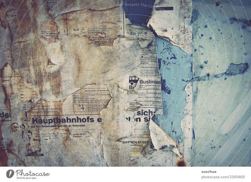 nix mehr los .. alt kaputt verfallen zerrissen Schimmel Schimmelflecken alte Fahrpläne Haltestelle Bahnhof Abfahrtspläne vergessen lost places Papier