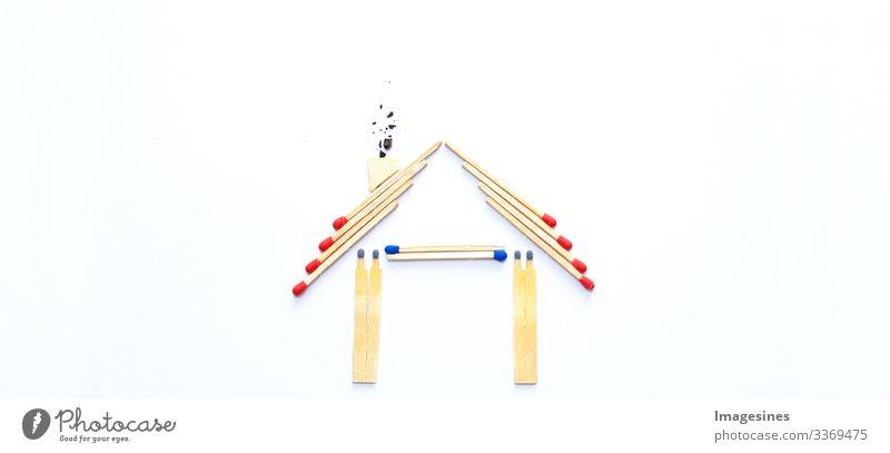 Feuerversicherung, Form des Hauses aus Streichhölzern. abstraktes Haus gemacht mit Streichhölzern auf weißem Papierhintergrund. Konzept der Hausschutzversicherung mit der Bedeutung von Rauchmeldeanlagen