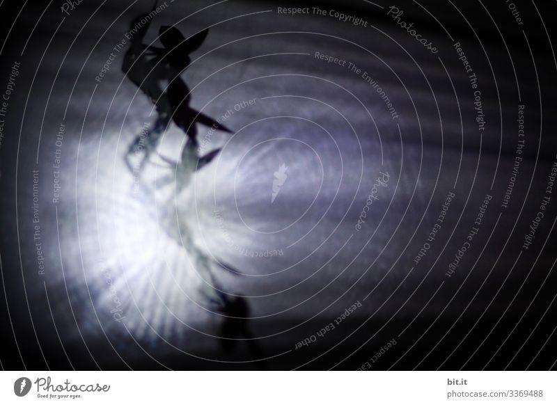Zwei Schattenfiguren tanzen als Tänzer durch Straheln von Licht auf einer Tanzfläche. Silhouetten von zwei Menschen. Sport Fitness Sport-Training Tanzen Kunst