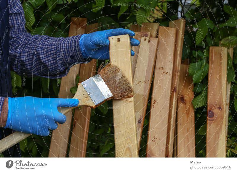 Arbeiter lackiert Holzlatten mit Schutzlack Holzbrett Pinsel Hand Erdöl Farbe Farbstoff Reparatur hart gebrauchen Haushalt Haushaltsführung Außenaufnahme