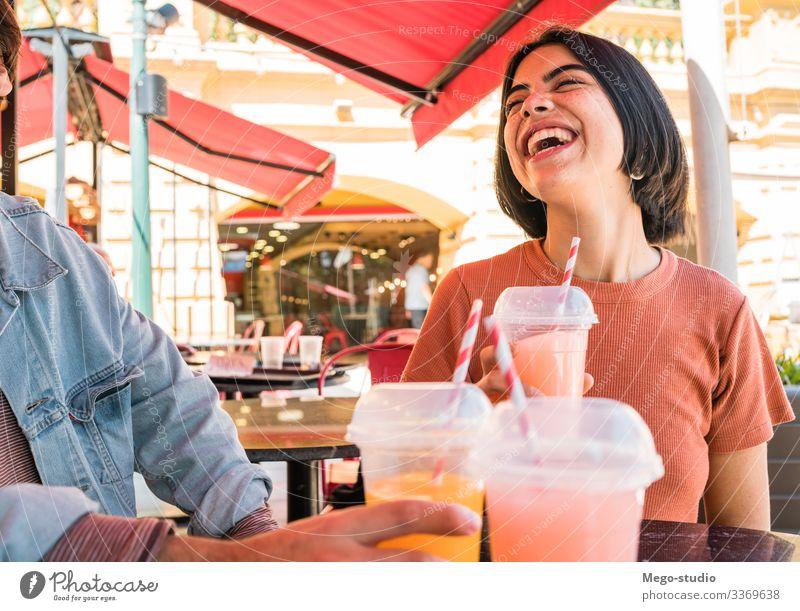Gruppe von Freunden, die gemeinsam Spaß haben. Freundschaft jung Menschen Glück Menschengruppe Jahrtausende Erfrischung Frucht Stil urban Sitzung habend