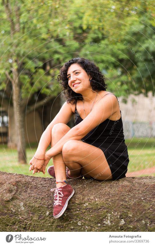 Frau, die zum Sonnenuntergang aufschaut feminin Körper Blick Junge Frau Jugendliche Erwachsene Leben 1 Mensch 18-30 Jahre Gefühle Stimmung Freude Begeisterung