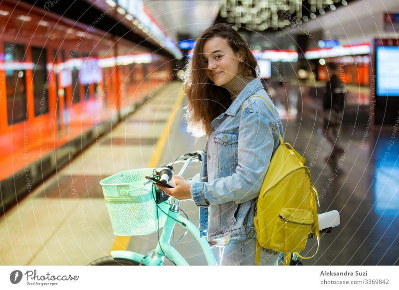 Jugendliche mit Rucksack und Smartphone in der U-Bahn-Station Dekoration & Verzierung Blog Internet lässig Freizeitbekleidung Talkrunde gesprächig Großstadt